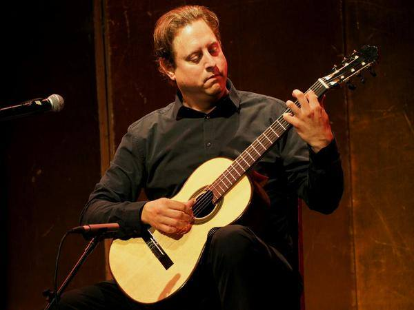 jason vieaux playing classical guitar
